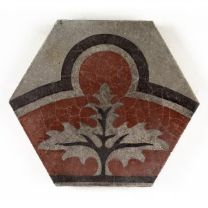 Baldosa hexagonal con motivo de árbol. Barcelona, Escofet Fortuny y Cía, ca. 1890. Museo Cerralbo, Madrid, Nº Inv.: 29772. Fotografía: Javier Rodríguez Barrera.