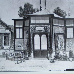 Pabellón de la fábrica La Moncloa. Exposición Nacional de Minería, Artes Metalúrgicas, Cerámica, Cristalería y Aguas Minerales. Palacio Velázquez, Madrid, 1883.